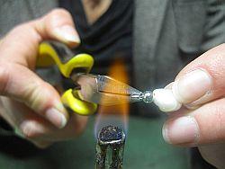 Einlacken einer geknoteten Perlenkette