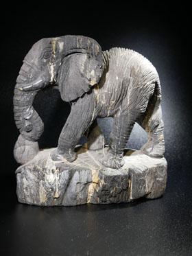 Elefant aus versteinertem Holz