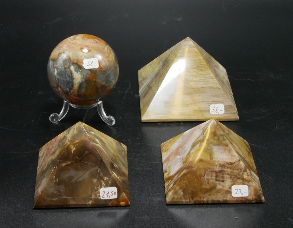 versteinertes Holz Kugel und Pyramiden